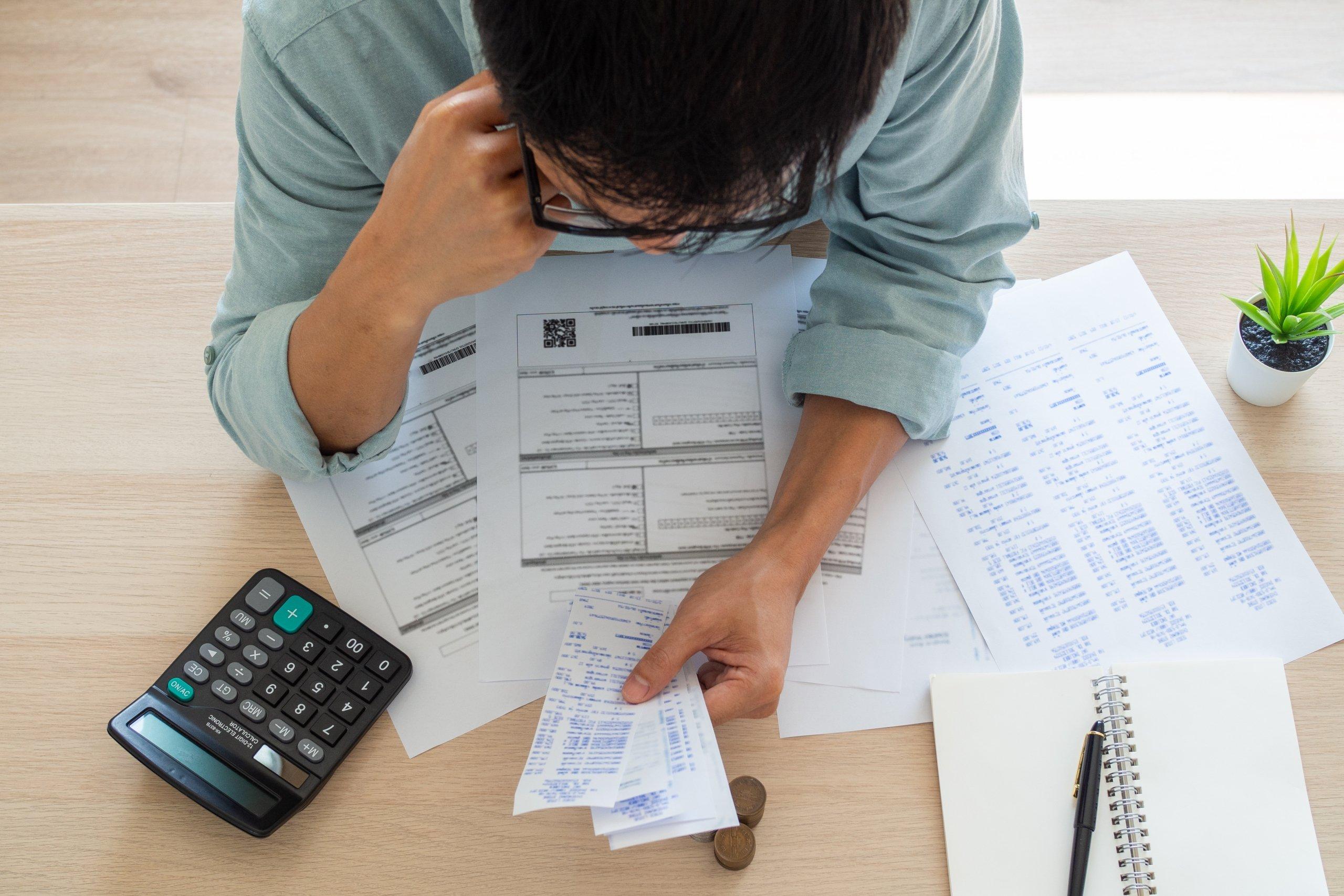 imagen empresario calculando astos