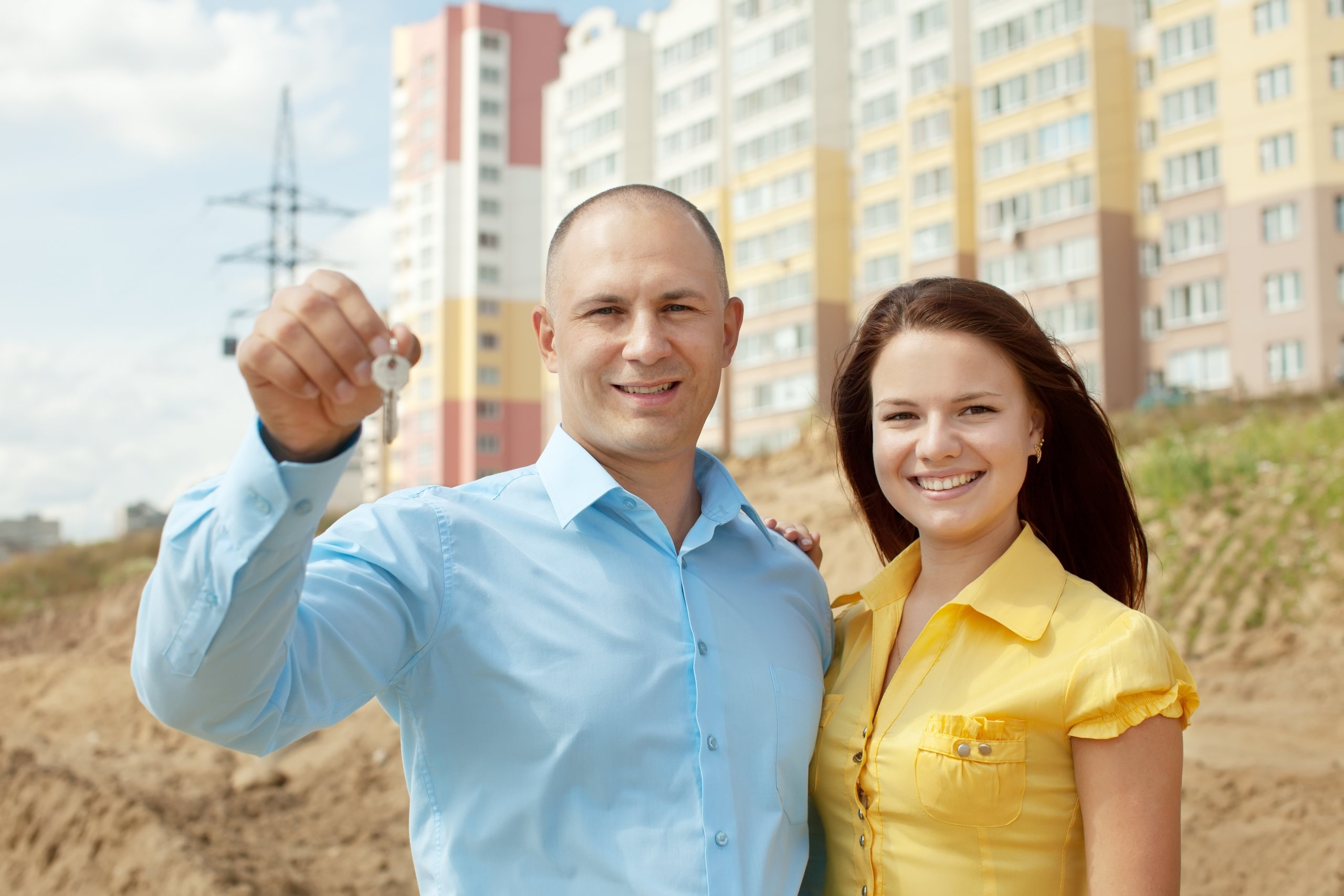 Foto de una pareja que recibiendo llave de su nueva vivienda