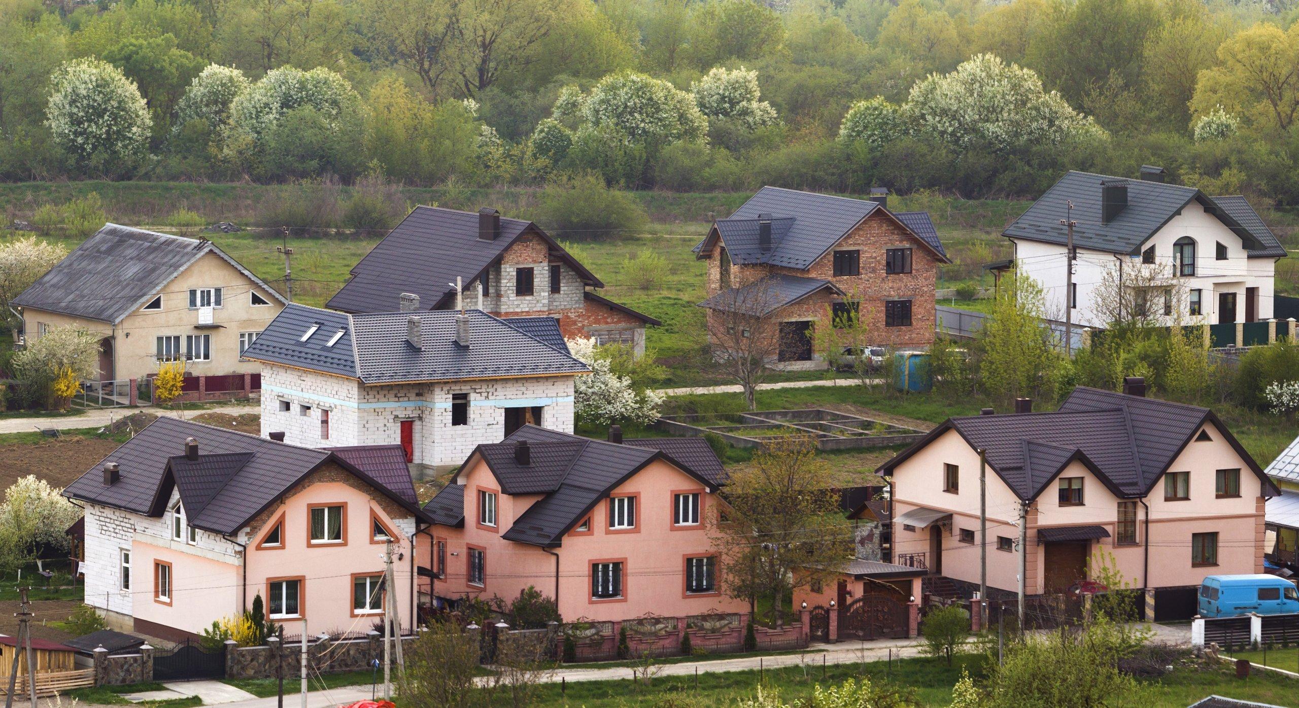 Modificación de elementos comunes. Imagen de un conjunto de casas en un pueblo