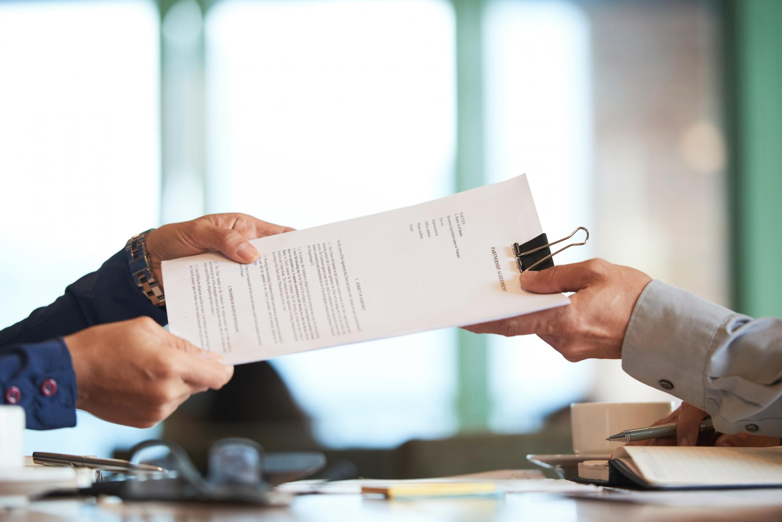 Comprador y vendedor firmando el contrato de arras